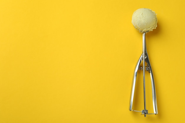 Schaufel mit eis auf gelb