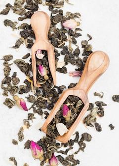 Schaufel mit kräutern zum tee auf dem schreibtisch
