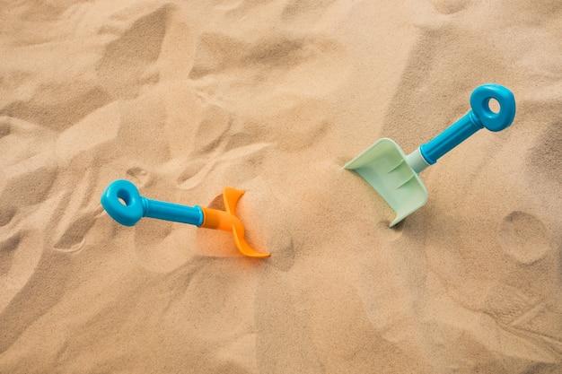 Schaufelspielzeug auf sand, strand sommer und urlaub konzepte