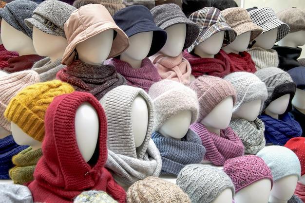 Schaufenster des handelszeltes mit verschiedenen damenhüten für die herbst- und wintersaison