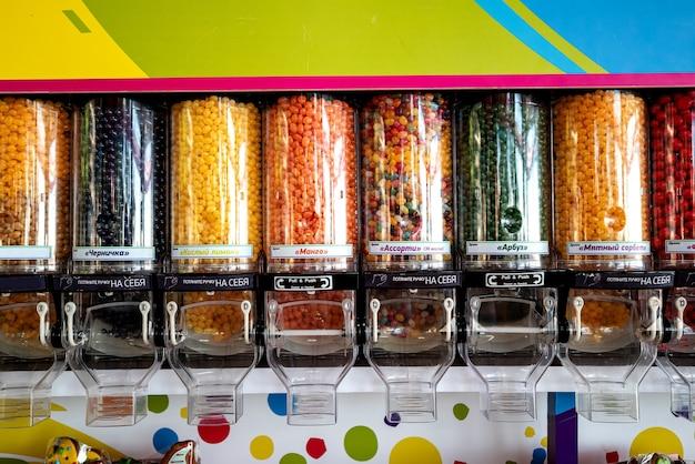 Schaufenster mit bunten süßigkeiten, gummis und marmelade.