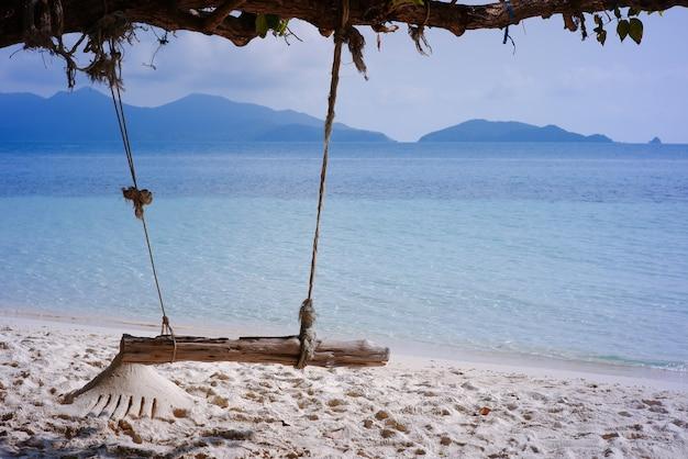 Schaukeln am baum auf dem schönen tropischen strand des sandes auf der insel koh wai, trat, thailand.