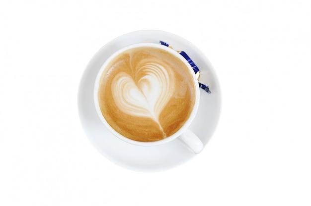 Schaum auf cappuccino in form eines herzens