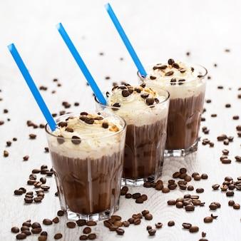 Schaum des kaffeecocktails mit sahne