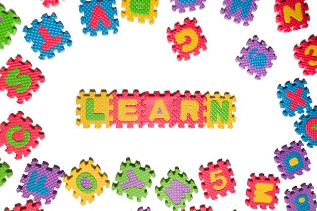 Schaum puzzle buchstaben in großbuchstaben