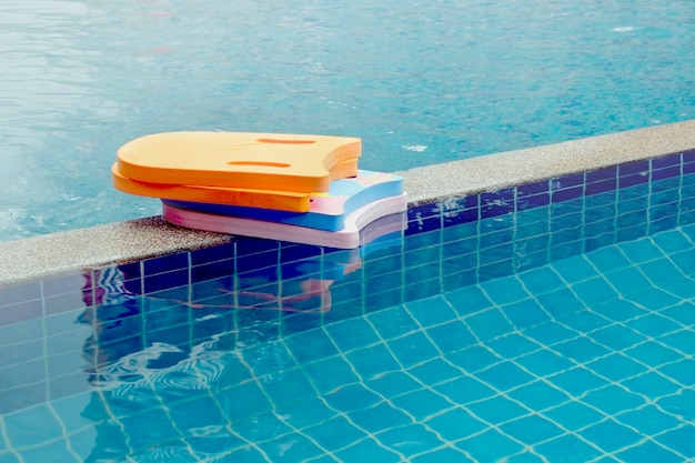 Schaum zum schwimmen im pool.