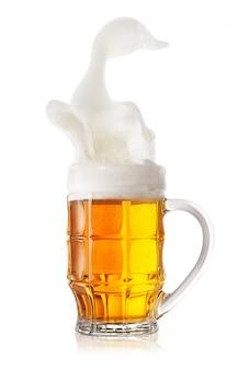 Schaumiges spritzen in einer tasse hellem bier