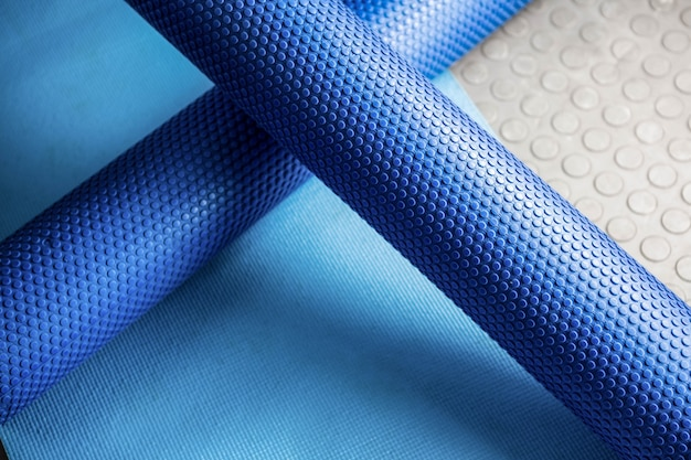 Schaumstoffrolle auf matte im crossfit-fitnessstudio