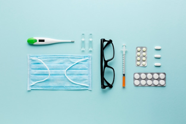 Schauspiele und pillen auf laptop nahe stethoskop über blauer oberfläche
