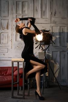 Schauspielerin in aktion. probe vor der vorstellung.