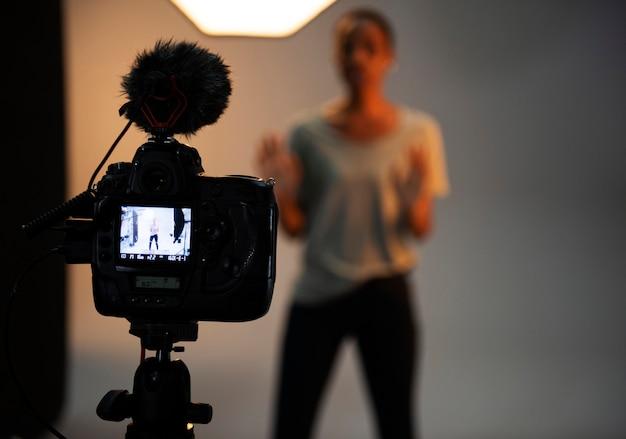Schauspielerin vor der kamera bei einem vorsprechen