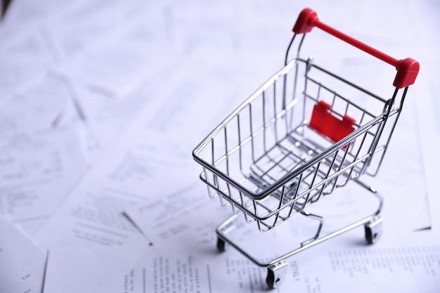 Schecks von einkäufen in geschäften und im einkaufswagen. nahansicht.