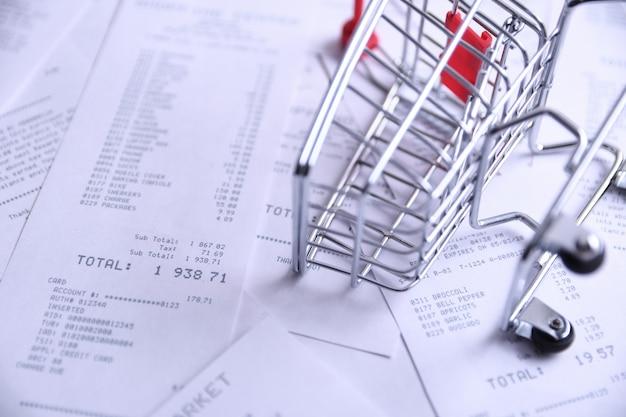 Schecks von einkäufen in geschäften und im einkaufswagen.