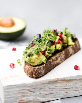 Scheibe brot mit avocado-nudeln und gemüse nahaufnahme