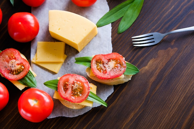 Scheibe brot, sandwiches, tomaten, salzstreuer, käse