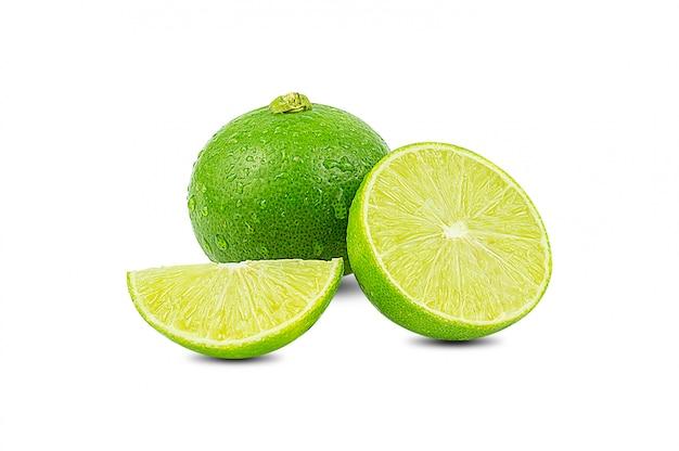 Scheibe der grünen limette zitrusfrucht stehen isoliert auf weiß