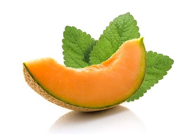 Scheibe der japanischen melonen, der orange melone oder der kantalupenmelone mit den samen lokalisiert auf weißem hintergrund