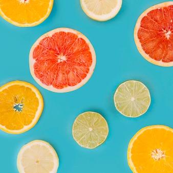Scheibe der verschiedenen zitrusfrüchte auf blauer oberfläche
