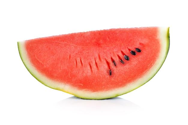 Scheibe der wassermelone auf weißem hintergrund