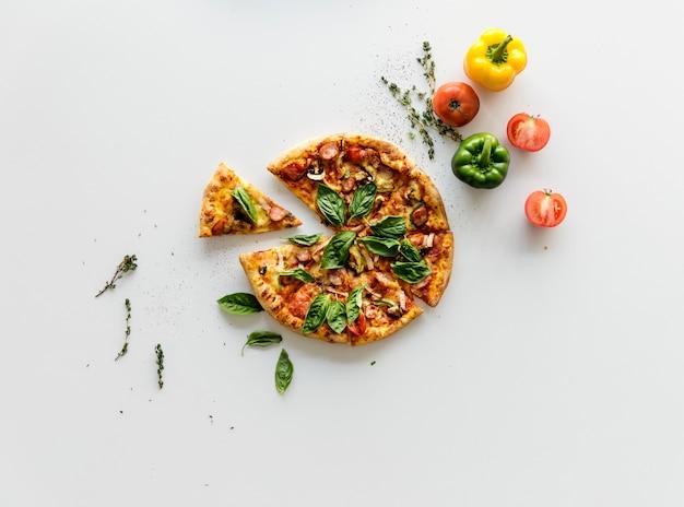 Scheibe einer ganzen italienischen küchepizzaschanne