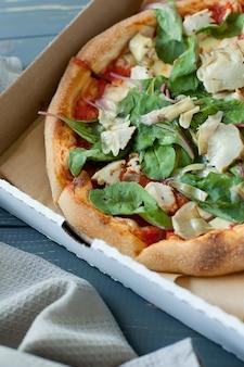 Scheibe heiße pizza käse mittag- oder abendessen kruste meeresfrüchte fleisch topping sauce.