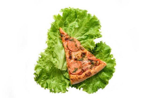 Scheibe pizza und salatblatt lokalisiert auf weißem hintergrund.