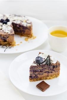 Scheibe roher schokoladenkuchen mit blaubeeren und kokosnuss