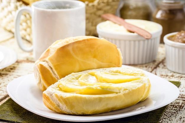 Scheibe salzbrot mit butter geschnitten, in brasilien französisches brot genannt, brasilianisches frühstück