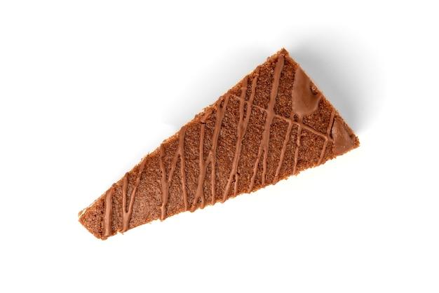 Scheibe schokoladenkuchen mit milchfüllung und schokolade lokalisiert auf weiß.