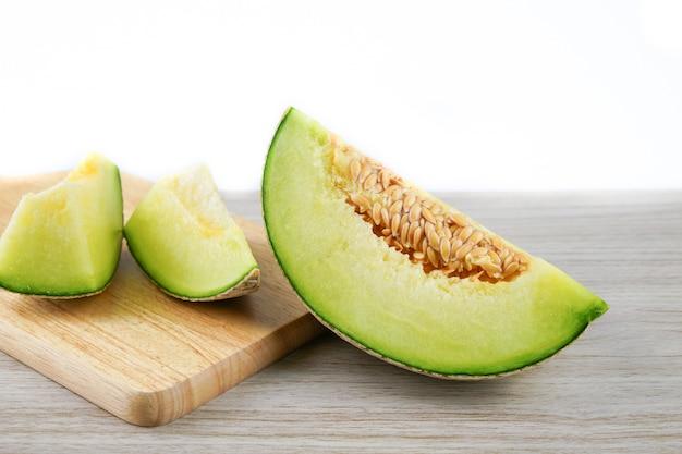 Scheibe von japanischen melonen oder von kantalupe auf holz