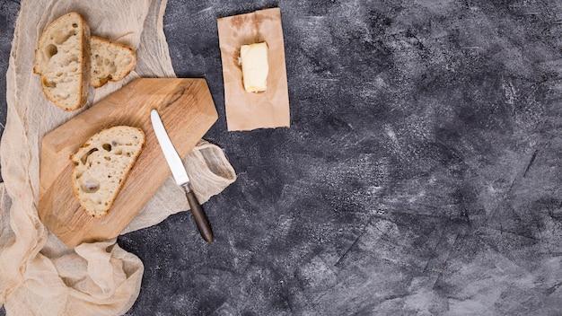 Scheiben brot und butter auf schwarzem hintergrund