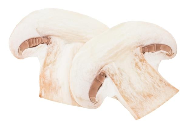 Scheiben champignons isoliert auf weißem hintergrund.