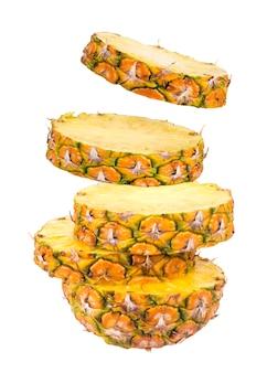 Scheiben der ananas getrennt auf weiß