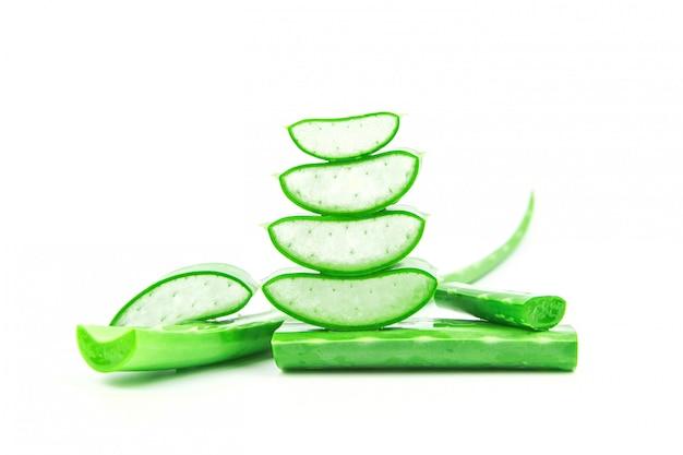 Scheiben der frischen aloe vera pflanze gestapelt und aloe vera stiel oder blätter mit wassertropfenisolat auf weißem hintergrund.