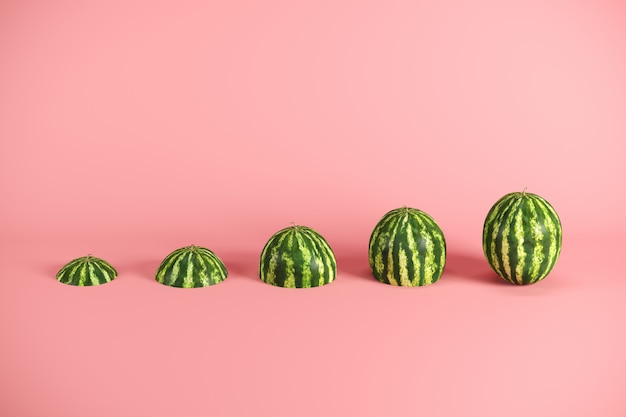 Scheiben der frischen wassermelone auf rosa hintergrund