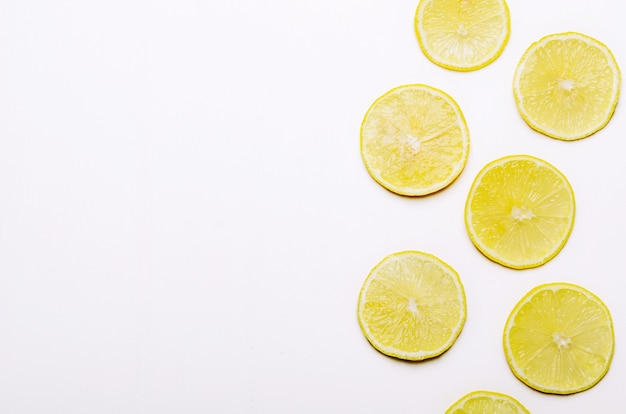 Scheiben der saftigen gelben zitrone auf weißem hintergrund