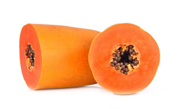 Scheiben der süßen papaya auf weißem hintergrund