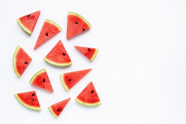 Scheiben der wassermelone getrennt auf weiß