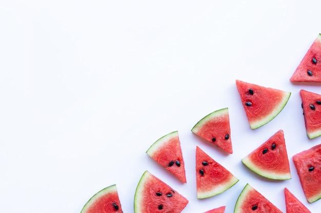Scheiben der wassermelone lokalisiert auf weißem hintergrund, kopienraum