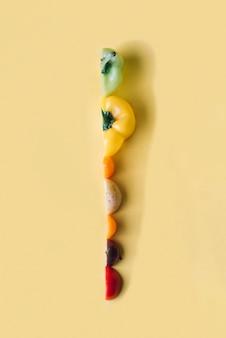 Scheiben des bunten gemüses auf gelbem hintergrund