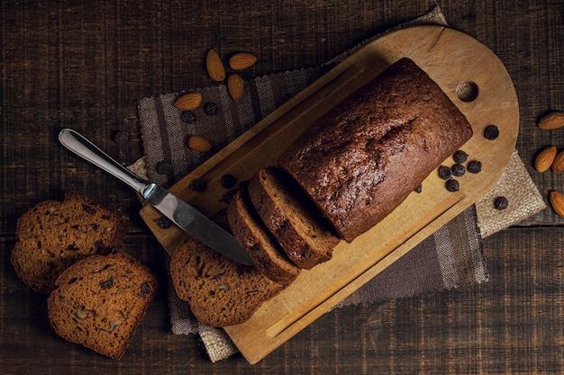 Scheiben des vollständigen gebackenen kuchens und des messers