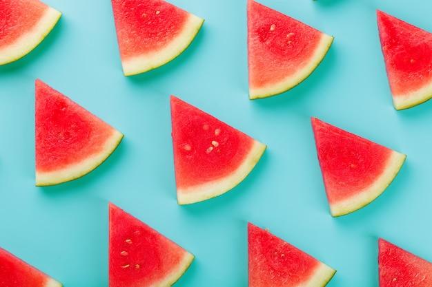 Scheiben frische scheiben rote und gelbe wassermelone auf blau.