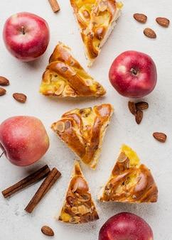 Scheiben frischer apfelkuchen und nahrhafte früchte