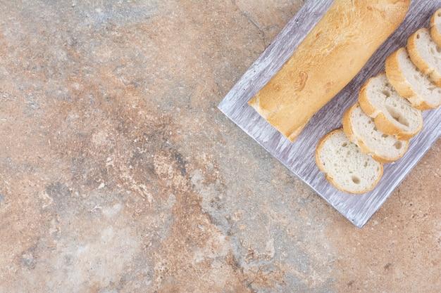 Scheiben frisches baguette auf holzbrett