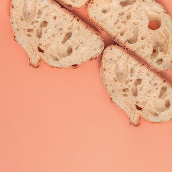 Scheiben frisches brot mit kopienraum auf pfirsichhintergrund