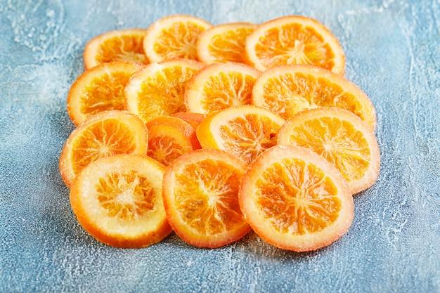 Scheiben getrockneter orangen oder mandarinen. vegetarismus und gesunde ernährung.
