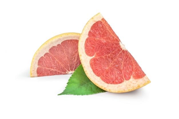 Scheiben grapefruit isoliert auf weißem oberflächenausschnitt.
