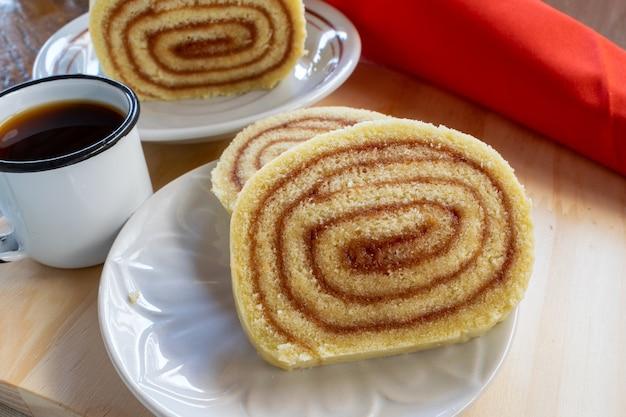 Scheiben guavenrolle und kaffeetasse. typisch brasilianisches dessert. guavenkuchen. ausblick von oben