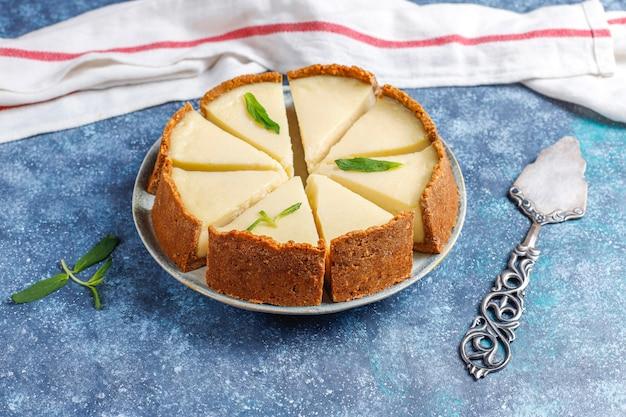 Scheiben hausgemachten new york cheesecake, draufsicht