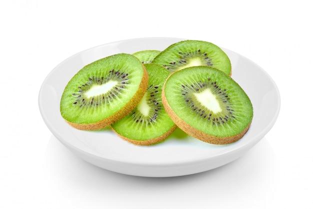 Scheiben kiwi in platte auf weißer oberfläche